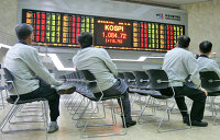 Инвесторы смотрят на электронное табло