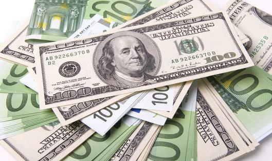 Денежные купюры: евро и доллары