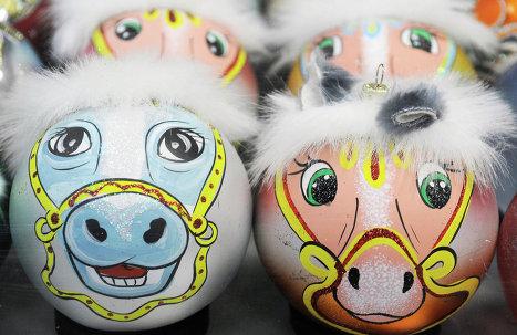 """Елочные шары на красноярской фабрике """"Бирюсинка"""""""