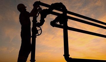 Нефть продолжает расти в цене на данных по буровым установкам