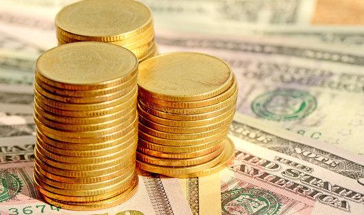 780473736 - Средневзвешенный курс доллара снизился до 57,26 рубля