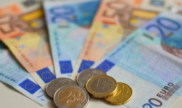 Курс евро снижается к доллару на ожиданиях выступлений Драги и Йеллен
