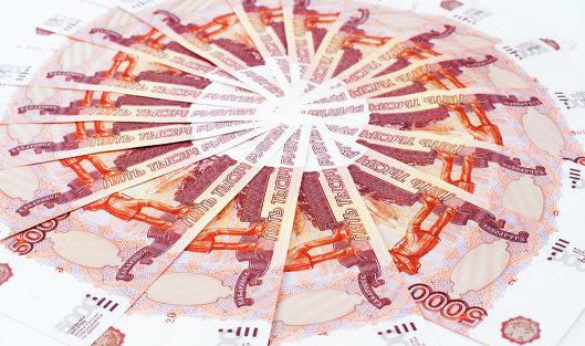 Курс доллара наторгах Московской биржи опустился ниже 57 руб.