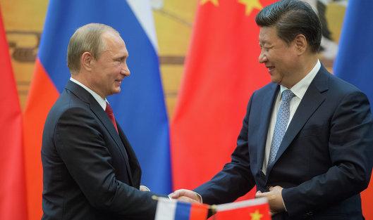 Президент России Владимир Путин (слева) и председатель Китайской Народной Республики Си Цзиньпин