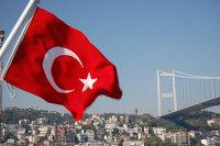 """"""" Турецкий флаг на фоне моста через Босфор в Стамбуле"""