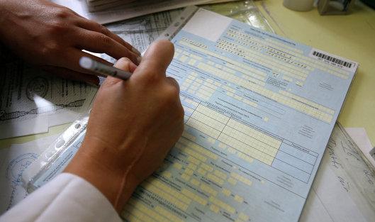 *Медсестра заполняет больничный лист. Архивное фото