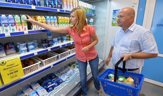 *Покупатели у полки с молочной продукцией