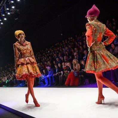 Модели демонстрируют одежду из коллекции дизайнера SLAVA ZAITSEV при  участии марки YeZ by YEGORZAITSEV в рамках недели моды Mercedes-Benz  Fashion Week ... e449958b95c
