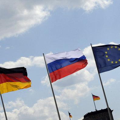 #Флаги России, Германии и Евросоюза на фоне Рейхстага в Берлине, Германия