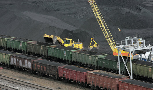 Погрузка угля в вагоны на обогатительной фабрике