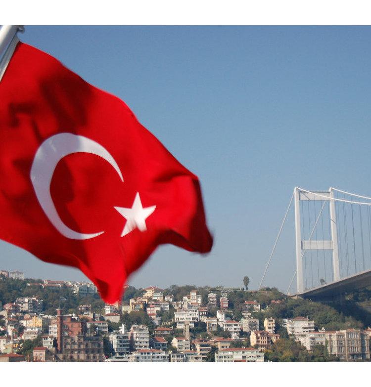 Турецкий флаг на фоне моста через Босфор в Стамбуле