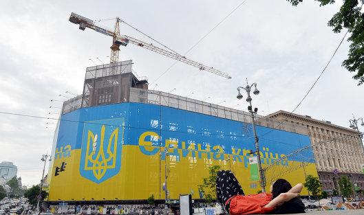 #Флаг и герб Украины на здании в центре Киева