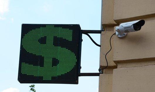 #Информационное табло со знаком доллара на одной из улиц Москвы
