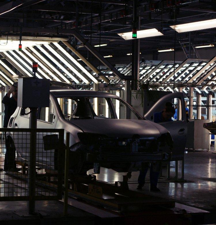 Контроль качества на конвейере завода АвтоВАЗ в городе Тольятти