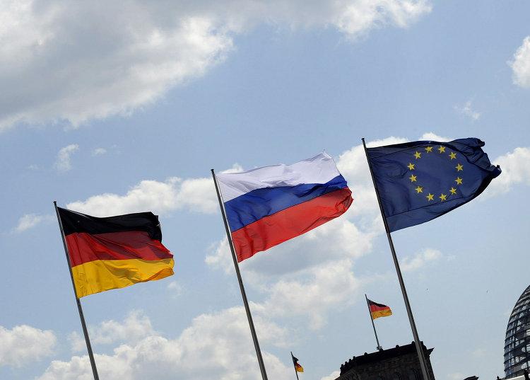 Флаги России, Германии и Евросоюза на фоне Рейхстага в Берлине, Германия