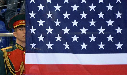 #Российский военный в почетном карауле у флага США