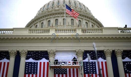 #Флаги США на здании Капитолия в Вашингтоне