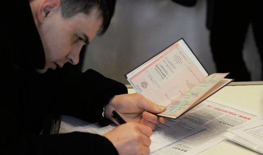Соискатель заполняет анкету и держит в руках диплом