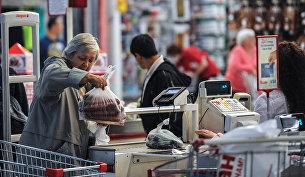 Покупатели выгружают товар на кассе