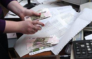 Сотрудница почтового отделения в Симферополе во время выдачи пенсии