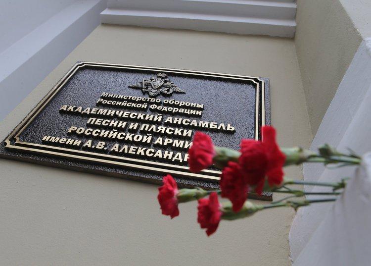 Цветы в память о погибших в крушении самолета Ту-154 Минобороны РФ у здания ансамбля им. А.В. Александрова
