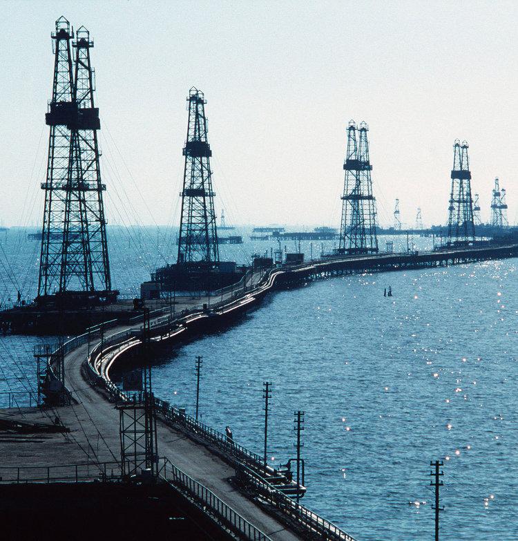 Нефтяные вышки на Каспии. Архивное фото