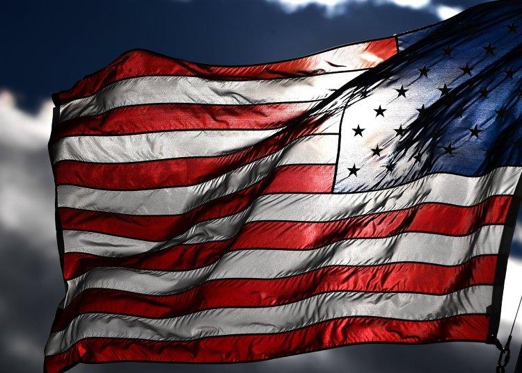 Американский флаг на одной из улиц в Вашингтоне