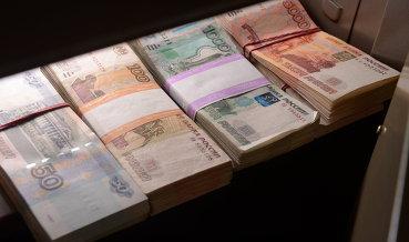 Рубль вечером снижался к евро и к доллару, несмотря на решения ЦБ