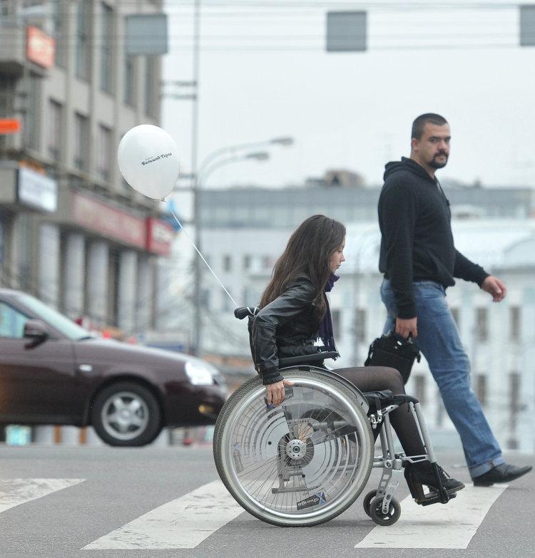 Девушка на инвалидной коляске