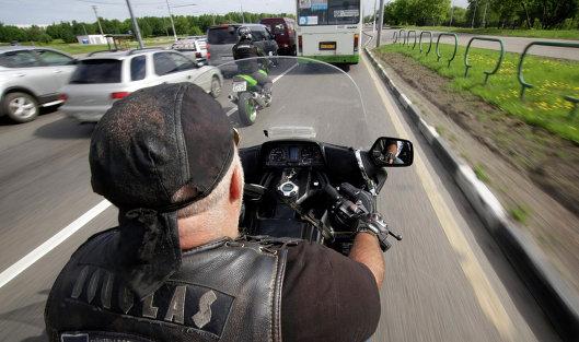 Мотоциклисты едут по выделенной полосе для общественного транспорта
