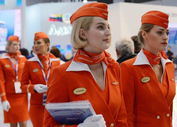 """Девушки в форме стюардесс компании """"Аэрофлот"""" на Российском инвестиционном форуме в Сочи"""