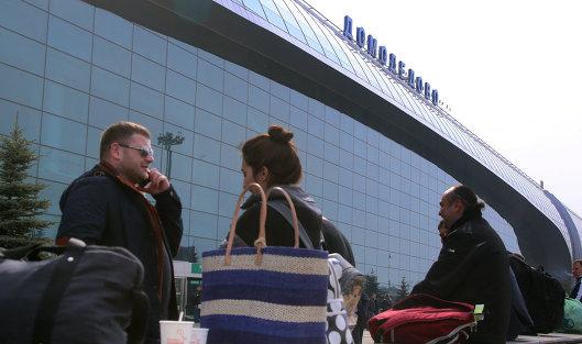 "#Пассажиры перед терминалом в аэропорту ""Домодедово"""