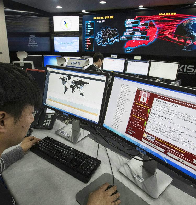Сотрудник корейского агентства по интернет-безопасности в Сеуле наблюдает за распространением вируса WannaCry. 15 мая 2017