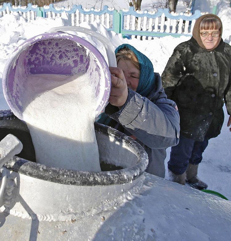 Сбор молока в белорусской деревне