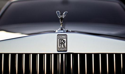 #Эмблема Rolls-Royce на радиаторной решетке автомобиля