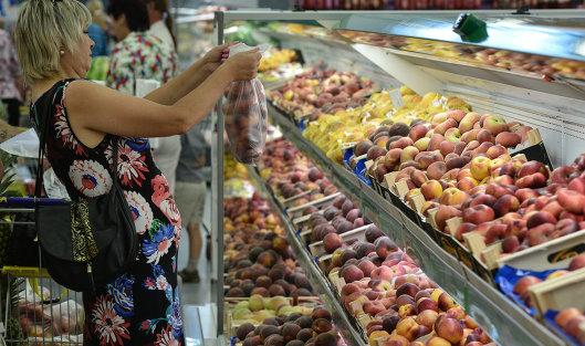 """#Покупательница у прилавка с фруктами в гипермаркете """"Лента"""" в Новосибирске"""