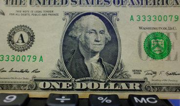 Средневзвешенный курс доллара снизился до 59,27 рубля