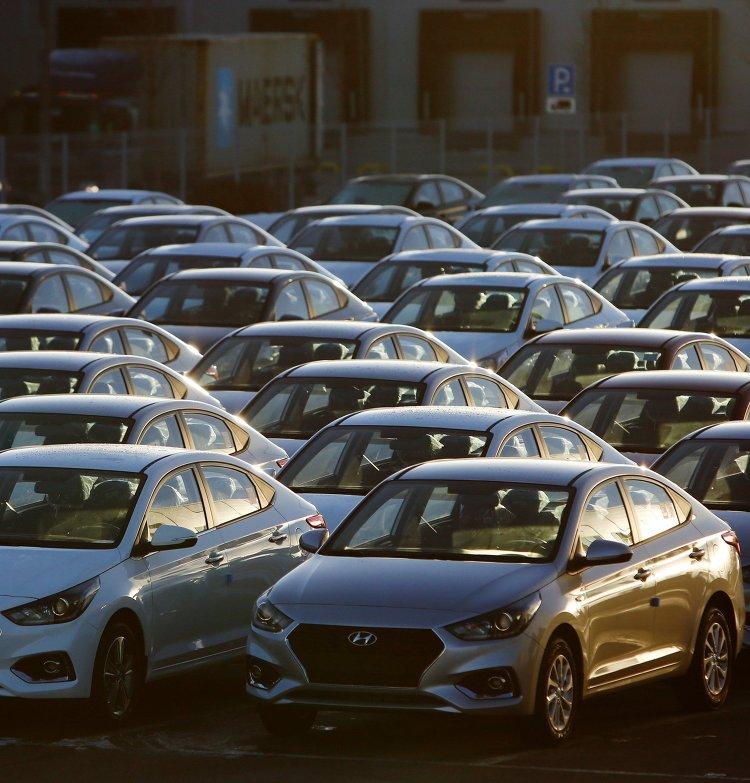 Обновленные автомобили Hyundai Solaris на стоянке завода в Ленинградской области