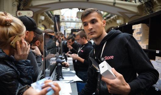 Покупатели новых смартфонов iPhone 7 и iPhone 7 Plus в торговом центре ГУМ