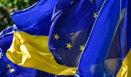 # Флаги Украины и Евросоюза на церемонии по случаю введения безвизового режима между Украиной и ЕС