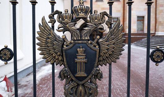 # Герб на ограде у здания Генеральной прокуратуры России на улице Петровка в Москве