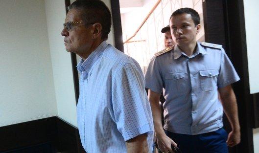 Защита Улюкаева подала жалобу напродление его домашнего ареста