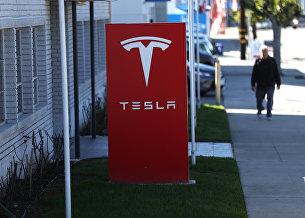 Вывеска автомобильного концерна Tesla в Лос-Анджелесе
