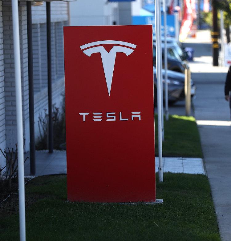 Вывеска автомобильного концерна Tesla в Лос-Анджелесе. 22 января 2017 года