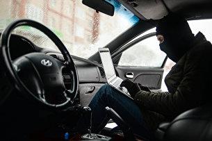 Мужчина имитирует вскрытие автомобиля и его угон
