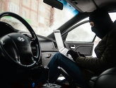 Мужчина имитирует раскрытие автомобиля и его угон