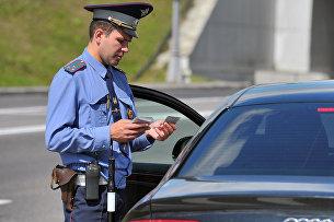Сотрудник ГИБДД проверяет документы у водителя на посту ДПС на 78-м километре МКАД