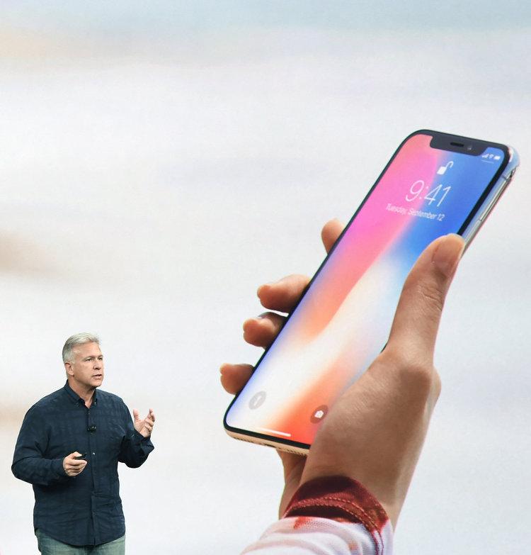 Вице-президент компании Apple Филип Шиллер во время презентации iPhone X в Купертино