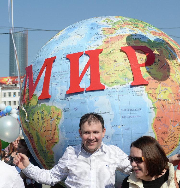 Участники первомайского шествия в Екатеринбурге