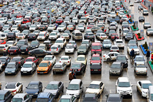 Автомобили на парковке в торговом центре Ашан города Краснодар